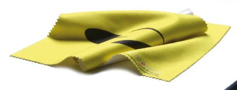 skihelm vizier schoonmaken met microvezel doekje